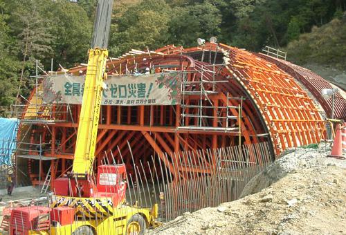 新名神高速道路 栗東トンネル 外型枠